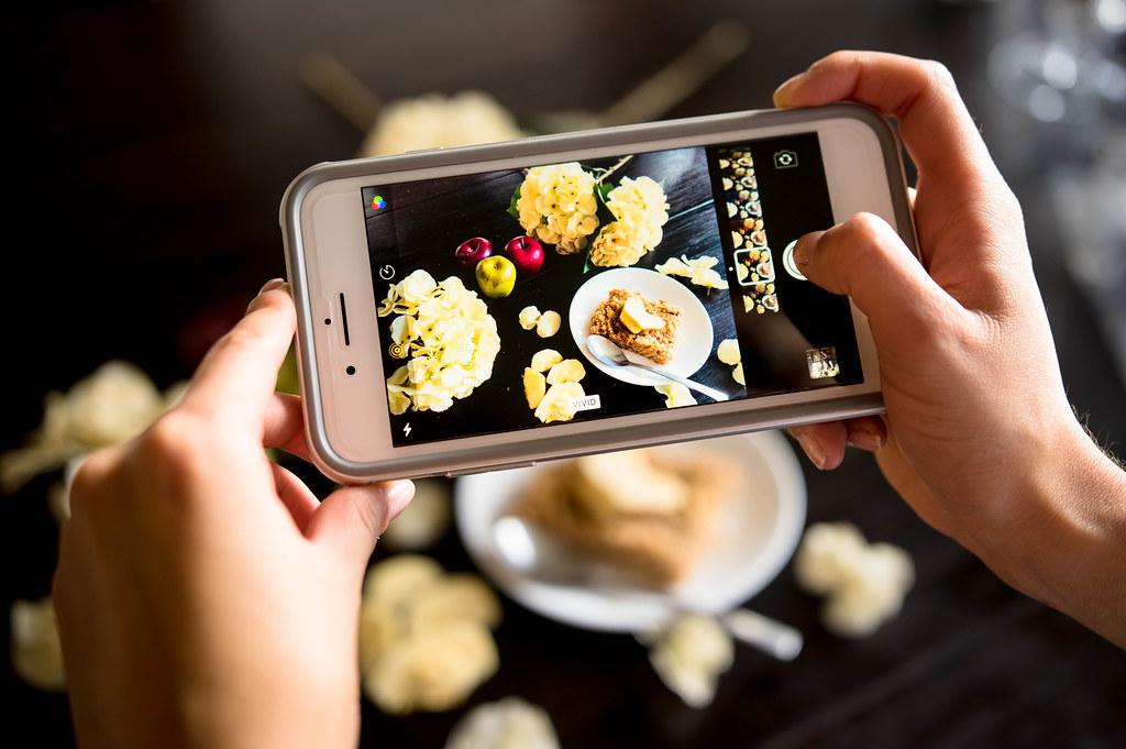 utilisateurs prend en photo un plat avec son smartphone