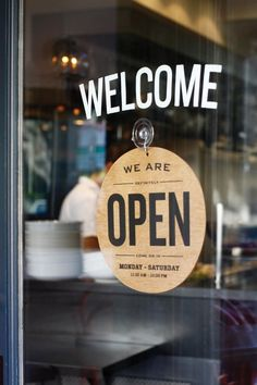 """Pancarte de restaurant affichant """"Bienvenue"""" et """"Nous sommes ouvert"""""""